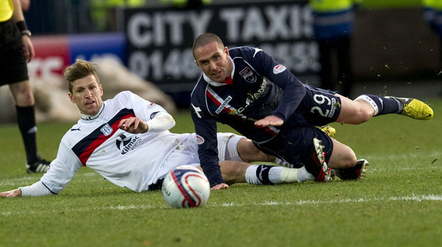 Dundee's Iain Davidson (left) challenges Mark Fotheringham.