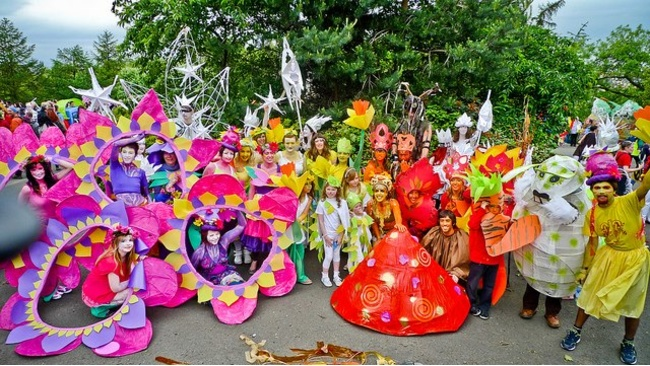 It's an explosion of colour, culture and cheer at the Byres Road Parade
